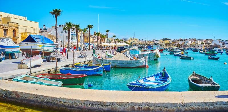 Πανοραμική άποψη της μαρίνας με τις βάρκες luzzu, Marsaxlokk στοκ εικόνες