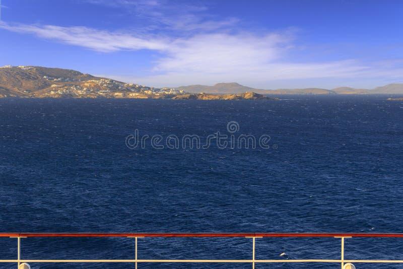 Πανοραμική άποψη της Μυκόνου από τη γέφυρα κρουαζιερόπλοιων Θαλάσσιος ορίζοντας στον αέρα: ακτή της Ελλάδας στα νησιά του Αιγαίου στοκ εικόνες