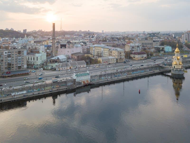 Πανοραμική άποψη της περιοχής Podol και της εκκλησίας του Άγιου Βασίλη στην πόλη του Κίεβου νερού, Ουκρανία στοκ εικόνα