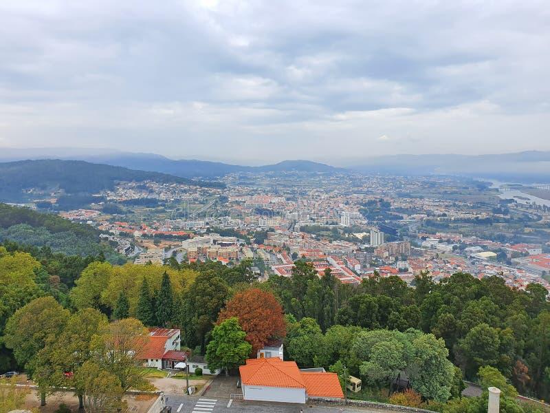 Πανοραμική άποψη της πορτογαλικής πόλης από το λόφο στοκ φωτογραφία με δικαίωμα ελεύθερης χρήσης