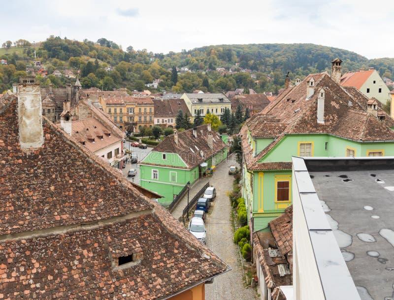 Πανοραμική άποψη της πόλης από τους τοίχους φρουρίων της παλαιάς πόλης Sighisoara στη Ρουμανία στοκ φωτογραφίες
