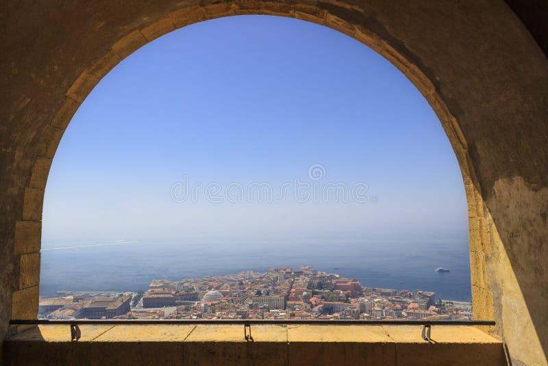 """Πανοραμική άποψη της πόλης της Νάπολης μέσω της αψίδας του μεσαιωνικού φρουρίου Castel Sant """"Elmo Ορίζοντας και Κόλπος της Νάπολη στοκ εικόνες με δικαίωμα ελεύθερης χρήσης"""