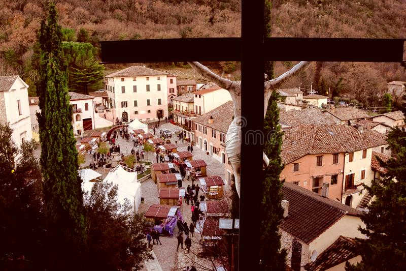 Πανοραμική άποψη της πόλης Gubbio Ιταλία που φωτογραφίζεται από την εκκλησία στο λόφο με Crucifix από την πλάτη στοκ εικόνες