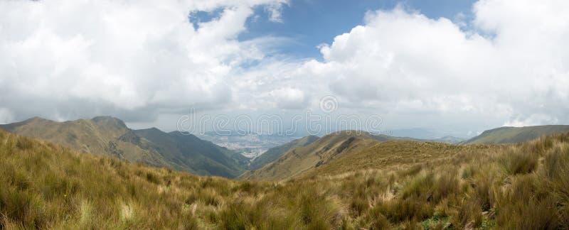 Πανοραμική άποψη του βουνού και του Κουίτο στοκ εικόνα με δικαίωμα ελεύθερης χρήσης