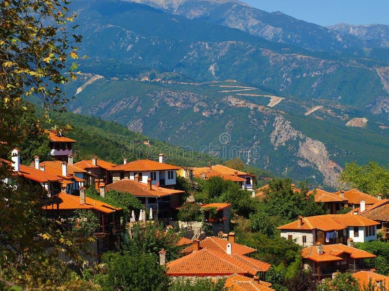 Πανοραμική άποψη του γραφικού χωριού τουριστών του παλαιού χωριού Panteleimonas στην Πιερεία, Ελλάδα στοκ εικόνες