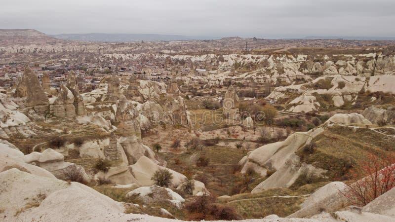 Πανοραμική άποψη του εδάφους Cappadocia στην Τουρκία Ελαφριά ομίχλη και νεφελώδης καιρός Πανοραμική άποψη της όμορφης φύσης στοκ εικόνες