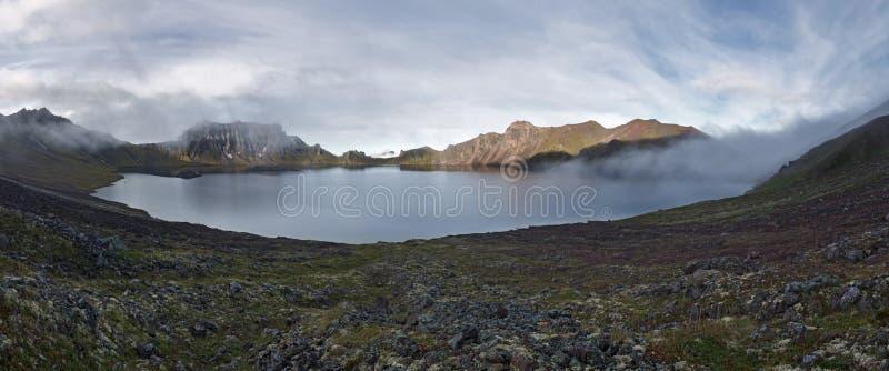Πανοραμική άποψη του ενεργού ηφαιστείου Khangar λιμνών κρατήρων Kamchatka στοκ φωτογραφία με δικαίωμα ελεύθερης χρήσης