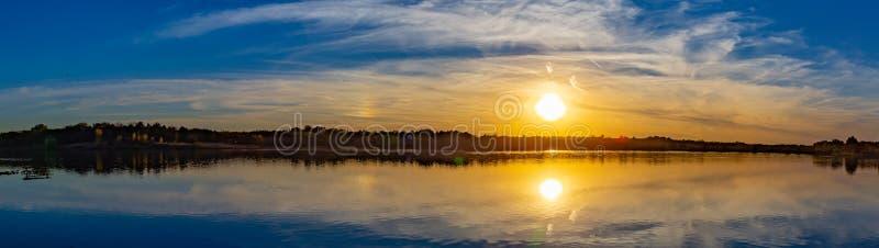 Πανοραμική άποψη του ηλιοβασιλέματος με τον όμορφο ορίζοντα πέρα από τη λίμνη Zorinsky Ομάχα Νεμπράσκα στοκ φωτογραφία με δικαίωμα ελεύθερης χρήσης
