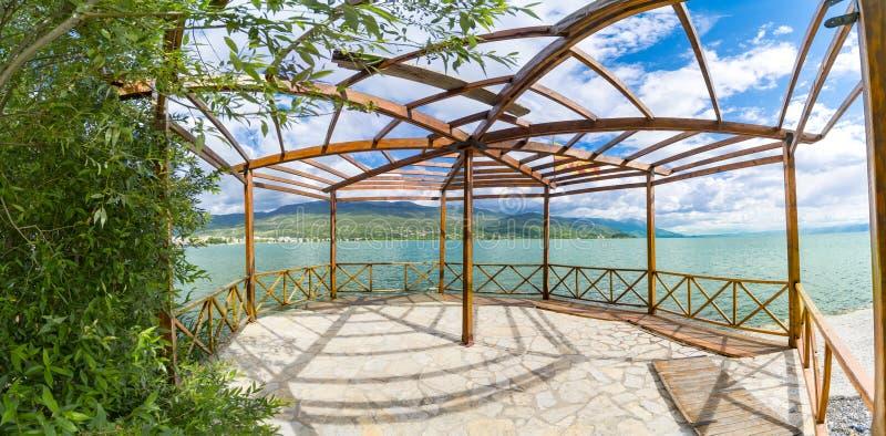 Πανοραμική άποψη του θερινού ξύλινου terace του vila πολυτέλειας στην ακτή της Οχρίδας στοκ εικόνες με δικαίωμα ελεύθερης χρήσης