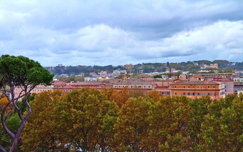Πανοραμική άποψη του ιστορικού κέντρου της Ρώμης Βράδυ οικοδόμησης πανοράματος στοκ εικόνα