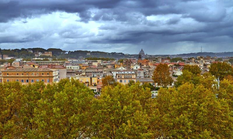 Πανοραμική άποψη του ιστορικού κέντρου της Ρώμης Βράδυ οικοδόμησης πανοράματος στοκ φωτογραφία