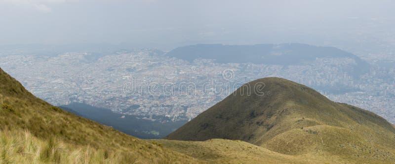Πανοραμική άποψη του Κουίτο από το βουνό στοκ εικόνα με δικαίωμα ελεύθερης χρήσης