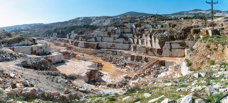 Πανοραμική άποψη του μαρμάρινου συνόλου κοιλωμάτων λατομείων των βράχων και των φραγμών Marmara στο νησί, Τουρκία στοκ εικόνα