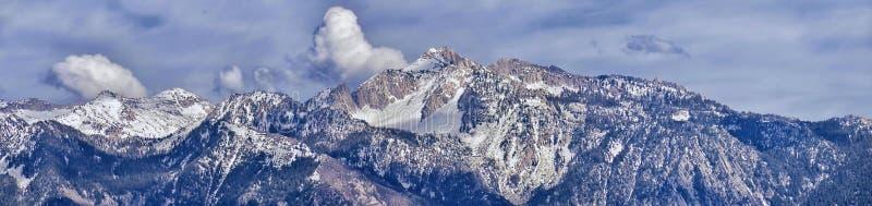 Πανοραμική άποψη του μπροστινού δύσκολου βουνού Wasatch, που δίνει έμφαση στο απομονωμένο βουνό αιχμών και βροντής από την κοιλάδ στοκ φωτογραφίες με δικαίωμα ελεύθερης χρήσης