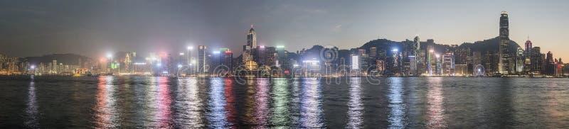 Πανοραμική άποψη του ορίζοντα Χονγκ Κονγκ και της αντανάκλασής του στο ηλιοβασίλεμα στοκ φωτογραφία