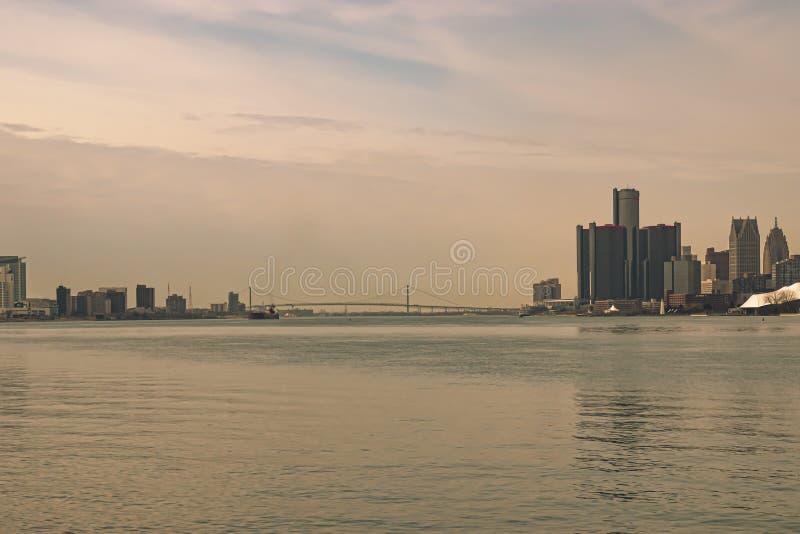 Πανοραμική άποψη του ουρανού του Ντιτρόιτ Γουίντσορ με τη Γέφυρα Πρέσβεων που συνδέει τις Ηνωμένες Πολιτείες με τον Καναδά στοκ φωτογραφίες