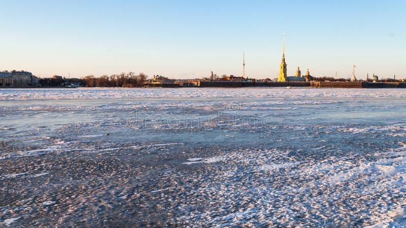 πανοραμική άποψη του παγωμένων ποταμού και του φρουρίου Neva στοκ φωτογραφίες