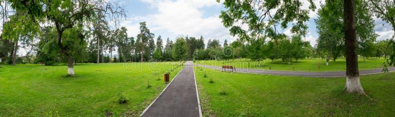 Πανοραμική άποψη του πράσινου γκαζόν στο δημόσιο πάρκο στοκ φωτογραφία με δικαίωμα ελεύθερης χρήσης