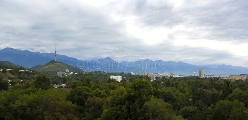 Πανοραμική άποψη του πύργου επικοινωνίας στο λόφο Kok Tobe και το ξενοδοχείο του Καζακστάν, Αλμάτι στοκ εικόνες