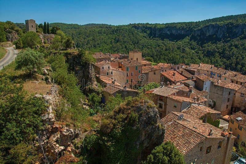Πανοραμική άποψη του πύργου πάνω από το λόφο με το χωριό Châteaudouble κάτω από στοκ εικόνα με δικαίωμα ελεύθερης χρήσης