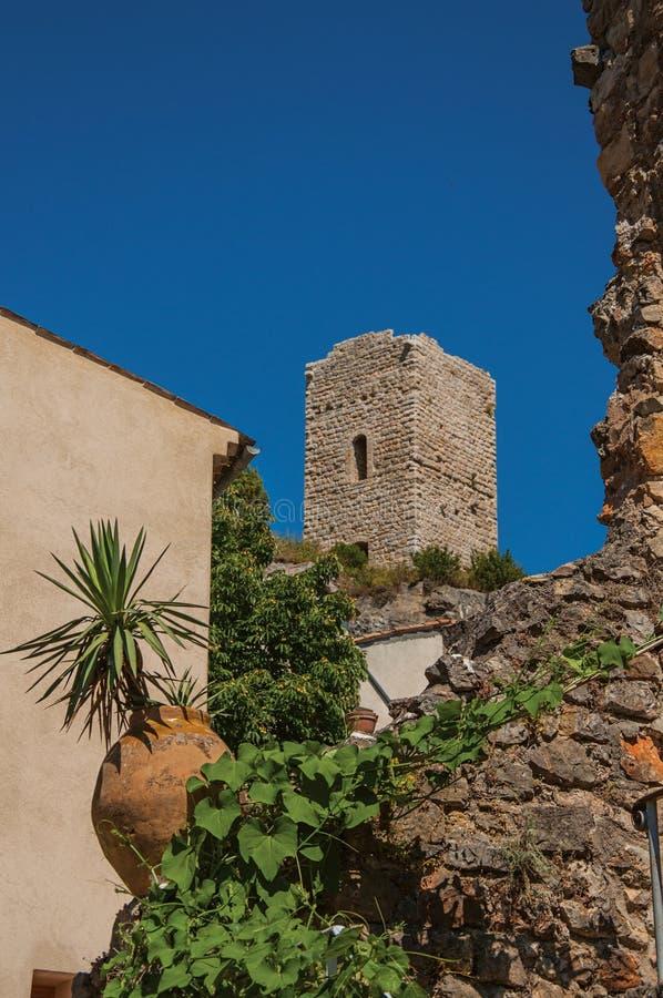 Πανοραμική άποψη του πύργου πάνω από το λόφο με το χωριό Châteaudouble κάτω από στοκ φωτογραφίες