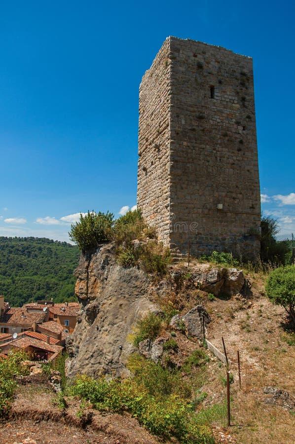 Πανοραμική άποψη του πύργου πάνω από το λόφο σε μια ηλιόλουστα ημέρα και ένα Châteaudouble στοκ φωτογραφίες