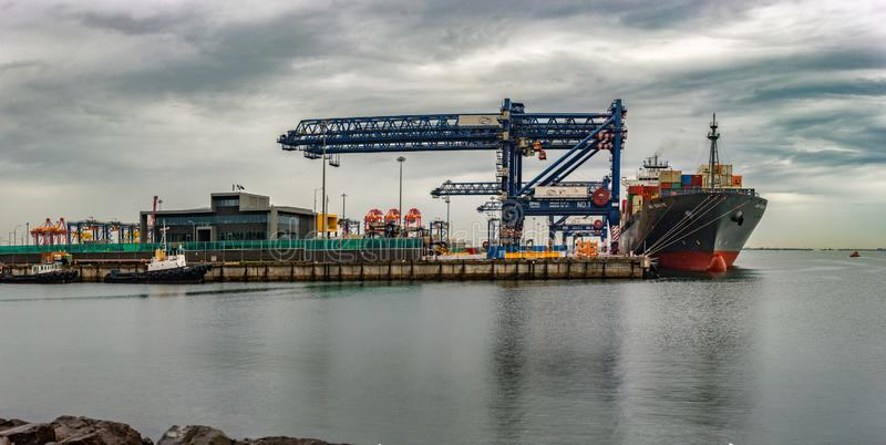 Πανοραμική άποψη του σκάφους εμπορευματοκιβωτίων στο λιμένα στοκ φωτογραφία