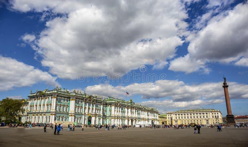 Πανοραμική άποψη του τετραγώνου παλατιών στη Αγία Πετρούπολη Χειμερινό παλάτι, Μουσείο Ερμιτάζ μια ηλιόλουστη ημέρα στοκ φωτογραφία