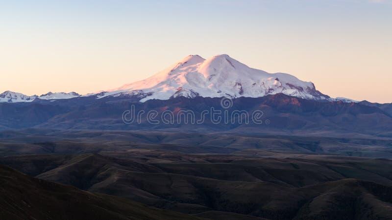 πανοραμική άποψη του υποστηρίγματος Elbrus στην ανατολή στοκ εικόνα με δικαίωμα ελεύθερης χρήσης