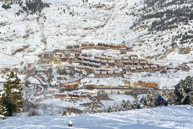 Πανοραμική άποψη του χιονοδρομικού κέντρου Soldeu - EL-ξινότερου στη Ανδόρα από μια κλίση στην ηλιόλουστη χειμερινή ημέρα στοκ φωτογραφία με δικαίωμα ελεύθερης χρήσης