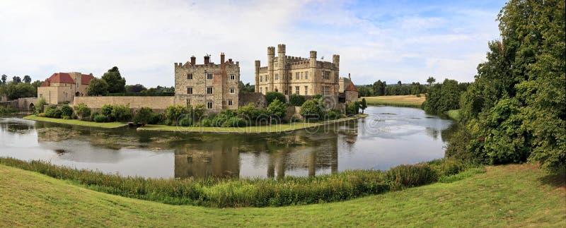 Πανοραμική άποψη του Leeds Castle και της τάφρου, Αγγλία, UK στοκ εικόνα με δικαίωμα ελεύθερης χρήσης