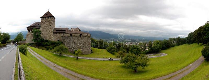 Πανοραμική άποψη του Vaduz Castle στο Λιχτενστάιν στοκ εικόνα