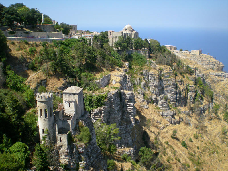 Πανοραμική άποψη τριών αρχαίων φρουρίων της πόλης Erice, Σικελία, Ιταλία στοκ εικόνες