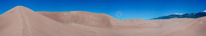 Πανοραμική άποψη των αμμόλοφων άμμου και των βουνών στο Κολοράντο στοκ φωτογραφία με δικαίωμα ελεύθερης χρήσης