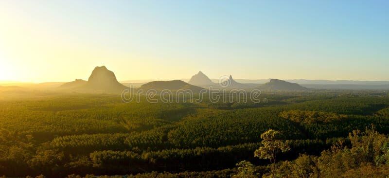 Πανοραμική άποψη των βουνών σπιτιών γυαλιού στο ηλιοβασίλεμα στο Queensland, στοκ φωτογραφία με δικαίωμα ελεύθερης χρήσης