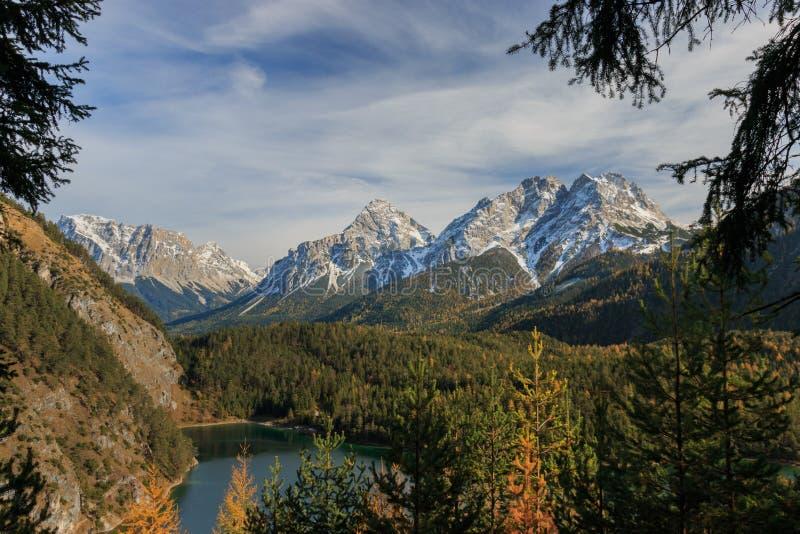 Πανοραμική άποψη των βουνών Mieminger στις ευρωπαϊκές Άλπεις που βλέπουν από Fernpass με Ehrwalder Sonnenspitze, Grà ¼ nstein και στοκ φωτογραφία με δικαίωμα ελεύθερης χρήσης