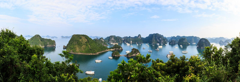 Πανοραμική άποψη των μακριών νησιών κόλπων εκταρίου, της βάρκας τουριστών και seascape, εκτάριο μακροχρόνιο, Βιετνάμ στοκ φωτογραφίες