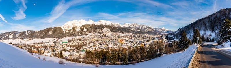 Πανοραμική άποψη των μπαλονιών και των χιονοσκεπών βουνών πέρα από Schladming, Αυστρία στοκ φωτογραφία με δικαίωμα ελεύθερης χρήσης