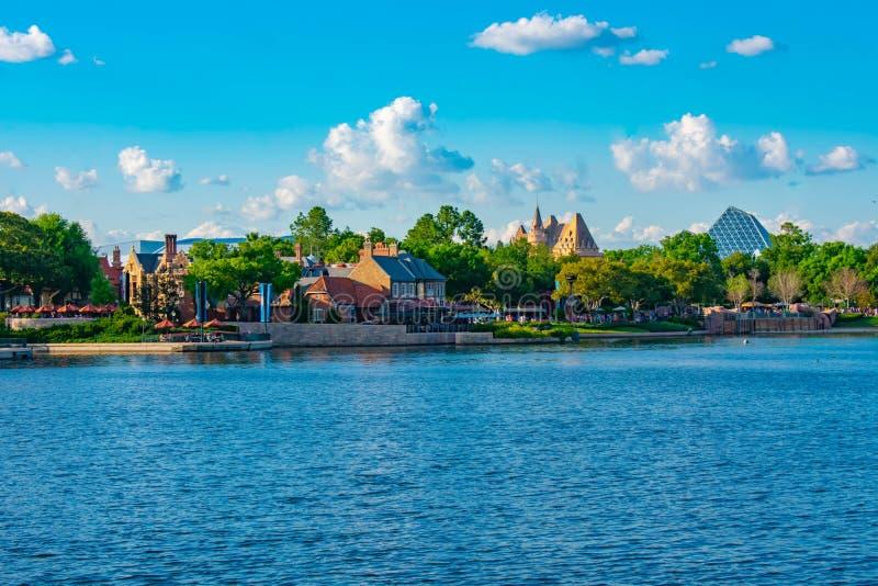 Πανοραμική άποψη των περίπτερων του Ηνωμένου Βασιλείου και του Καναδά νεφελώδες υπόβαθρο ουρανού σε Epcot στον κόσμο Walt Disney στοκ εικόνες