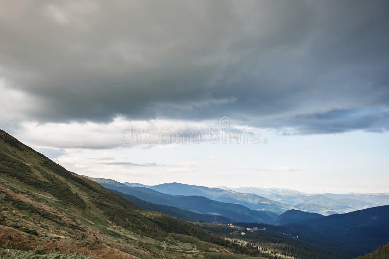 Πανοραμική άποψη των σύννεφων επάνω από τα βουνά και τους λόφους στοκ εικόνες