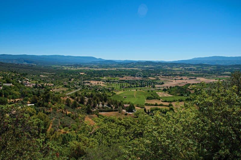 Πανοραμική άποψη των τομέων και των λόφων της Προβηγκίας κοντά σε Gordes στοκ εικόνα με δικαίωμα ελεύθερης χρήσης
