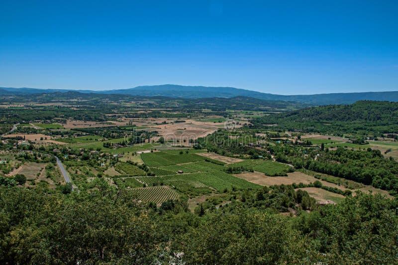 Πανοραμική άποψη των τομέων και των λόφων της Προβηγκίας κοντά σε Gordes στοκ εικόνα