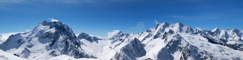 Πανοραμική άποψη των χιονοσκεπών αιχμών βουνών στοκ εικόνα με δικαίωμα ελεύθερης χρήσης