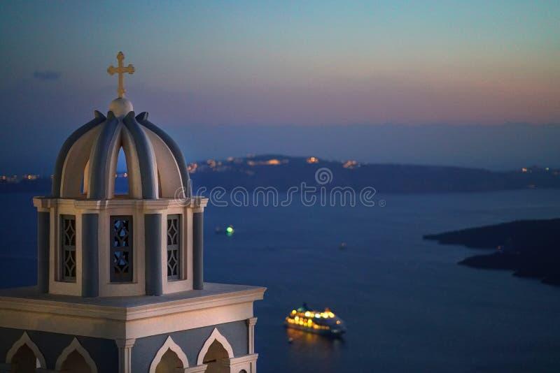 Πανοραμική άποψη Caldera με μια εκκλησία σε Santorini στοκ εικόνες