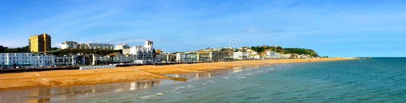 Πανοραμική άποψη Hastings στον περίπατο και την παραλία θάλασσας στοκ φωτογραφία