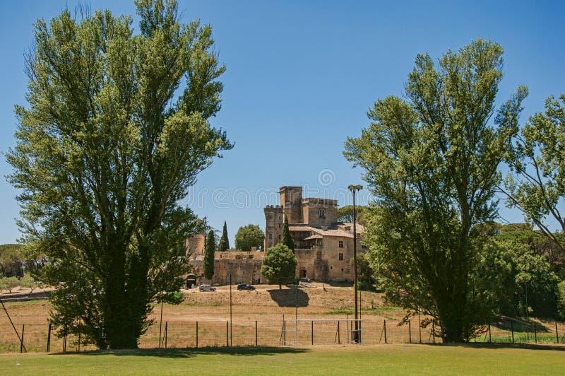 Πανοραμική άποψη Lourmarin Castle πάνω από έναν λόφο, κοντά στο χωριό του ίδιου ονόματος στοκ εικόνα με δικαίωμα ελεύθερης χρήσης