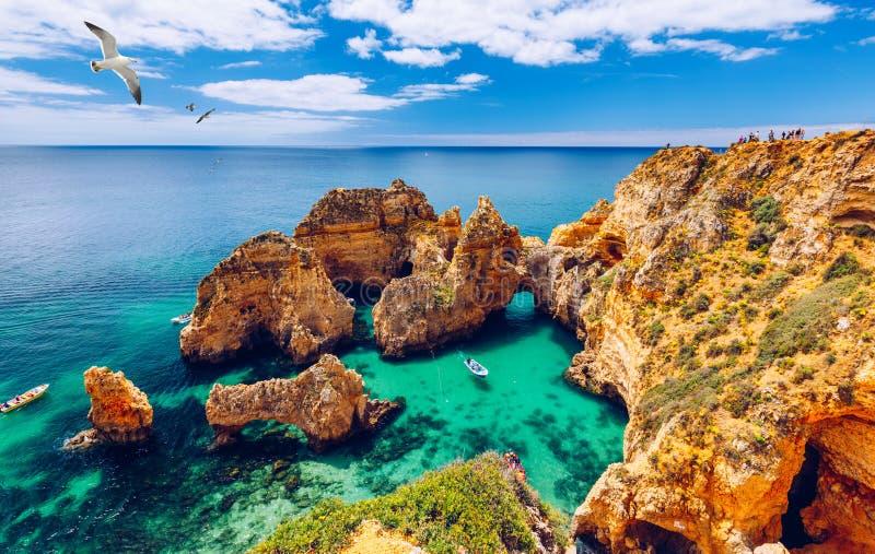 Πανοραμική άποψη, Ponta DA Piedade με seagulls που πετούν πέρα από τους βράχους κοντά στο Λάγκος στο Αλγκάρβε, Πορτογαλία Βράχοι  στοκ φωτογραφία με δικαίωμα ελεύθερης χρήσης