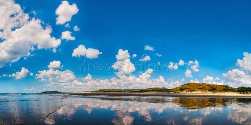 Πανοραμική άποψη seascape στην παραλία Ουαλία Aberdovey στοκ φωτογραφίες