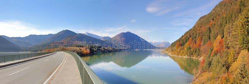 Πανοραμική λίμνη άποψης sylvenstein και γέφυρα, γερμανικά στοκ φωτογραφία