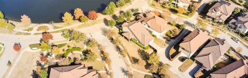 Πανοραμική αεροφωτογραφία με νέα κατασκευή δίπλα από προάστια οικία φωτεινό φθινοπωρινό πορτοκαλί χρώμα Dallas στοκ φωτογραφία με δικαίωμα ελεύθερης χρήσης